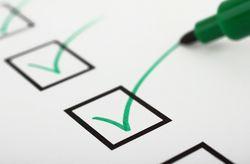 Checkliste wird mit grünem Stift abgehakt